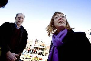 SLOWFJÄDRAR? Gästriklands slowfood-förenings sekreterare Elisabeth Michelsson och Kjell Wallin köper återanvändningsbart påskris.