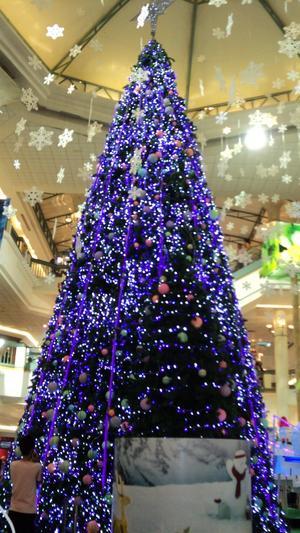 Bif. en bild  tagen i början på december i år på en vacker och gigantisk konstgjord gran som säkert var 7 meter hög.  Den fanns i ett stort varuhus med många våningar i Bangkok, Thailand. Granen var mycket vackert dekorerad som synes och blå i stället för grön. Kan tillägga att jag även såg en konstgjord gran utanför ett hotell  i denna stad som var helt rosa i färgen. Ingen brist på fantasi m a o