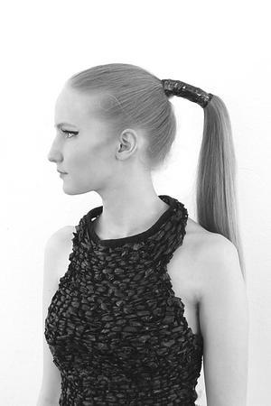 Svarta sopsäckar blir ett linne i Hanna Björklund Olssons kollektion.