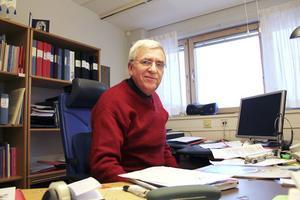 Tillförordnade Tor Jonsson har tröttat på att vänta på att en ny utbildningschef ska dyka upp.