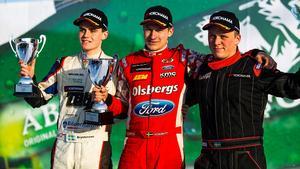 Vinnare. Kevin Eriksson på prispallen med Alexander Westlund och Thomas Bryntesson.