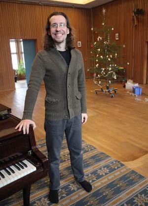 David Saulesco är lärling hos Fredrik Högberg i Tingshuset. Han är dock redan utbildad på musikhögskola.