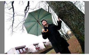 Alice Lindberg vid ett av sina klätterträd. Hon bor i Eskilstuna sedan 1969 och arbetade som ämneslärare till för tio år sedan då hon sadlade om och blev egen företagare.  FOTO: ANNIKA BJÖRNDOTTER