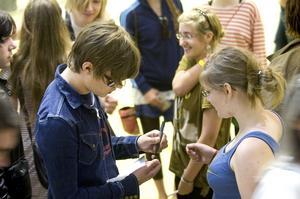 Idoler. Efter bandklippningen på Kupolen fick Victor Norén och de andra i Sugarplum Fairy skriva autografer och dela ut kramar åt fansen.