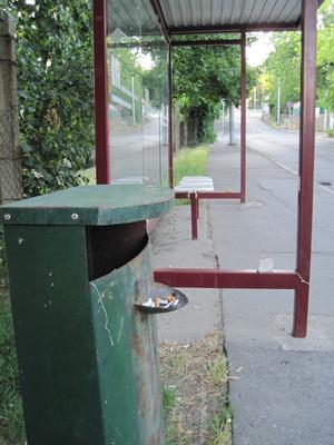 I staden Pecs Ungern, kan man lägga cigarettfimparna i ett fack på papperskorgen. Då undviker man fimpar på marken.