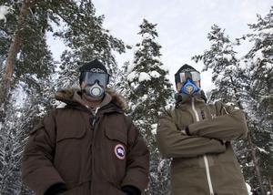 Håller masken. Mats och Mikael Trollvad är rustade mot kylan. Här prövar de två av sina senaste produkter. Airtrim-masken och de uppfällbara skidglasögonen, som gör att man slipper sätta upp dem på den snöiga och blöta mössan.foto: jackie meh