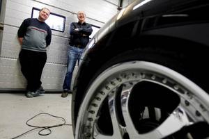 Jämtlandssektionen i Svenska Jaguarföreningen hade i går ordnat med en studiecirkel i bilputsning på Pingens på Frösön.Till vänster på bilden ser vi ägaren till företaget, Rolf-Gunnar Olsson.