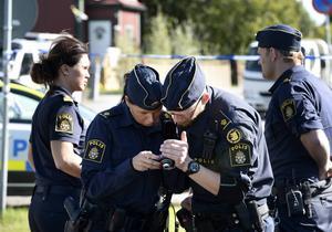 Ett stort antal poliser fanns på plats efter att en kvinna hittats död i närheten av Sidsjöbäcken på tisdagsförmiddagen.