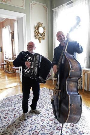 September Folke Lindkvist och Lars Ericsson spelar på residenset för att fira att Lars blivit stipendiat.