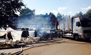 Utemöblerna och skelettet efter taket över uteplatsen på framsidan var det enda som stod kvar efter branden.