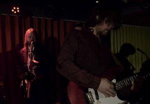 Christer Falk backade upp på saxofon och Sebastian Engberg visade upp gitarrkonster under Jetbones konsert på Aveny.