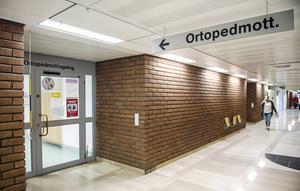 Inställda operationer gör att Landstinget känner en oro att man riskerar att tappa ortopedläkare som får operera för lite.