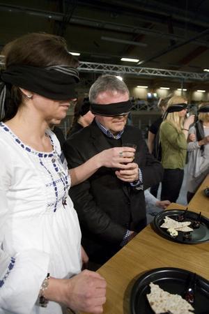 Billan Östlund väntar medan assistenten ger Sven-Åke Thoresen ett glas som visade sig innehålla svagdricka.