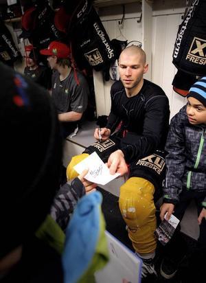 Chad Wiseman fick skriva många autografer till nyfikna ungdomar efter sin första träning.