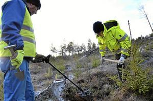 Under ytan. Johnny Rönngren gräver ut för att kolla så inget mer ligger under ytan, och får här hjälp av Håkan Lindberg med metalldetektor.