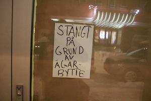 Stäng på grund av ägarbyte, enligt en skylt utanför restaurang East Africa.