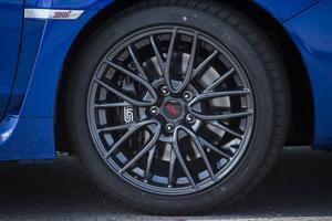 17 tum och svartlackerade fälgar matchar blå bil.   Foto: Pontus Lundahl/TT