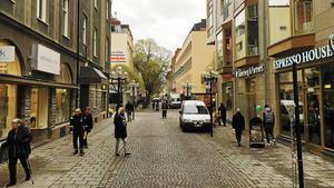 Det är dåliga politiska beslut, och inte nätet som rår för alla nedlagda butiker i Östersund, skriver Berndt Larsson.