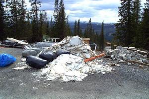 Strax nedanför hotellet användes den här platsen som upplag. Byggarna är borta men skräpet har de lämnat kvar. Foto: Elisabet Rydell-Janson