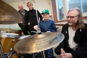 Love Ekefjord provade att spela trummor för första gången.