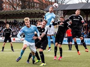 Marcus Pode, här tvåa till höger, tvingades kliva av i cupmötet med Malmö.