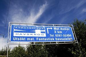 """Konflikt. """"Skyltar utan vårt tillstånd är en trafikfara"""", säger Vägverket. """"En förutsättning för vår överlevnad"""", säger Axmarbrygga."""