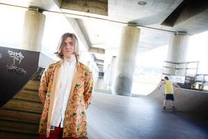 Erik Wennergren, som inte har något emot att bli kallad för modern hippie, släpper debutsingeln Planet B på onsdag. På kvällen spelar han på gamla Tingshusets Thank god is't ondag!Foto:Anna-Karin Pernevill