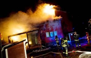 Att släcka branden i träbyggnaden var meningslöst insåg räddningstjänsten på ett tidigt stadium och inriktade insatserna på att rädda kringliggande byggnader.