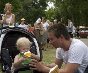 Jörgen Nordbakken matar dottern Evelina med mjukglass.