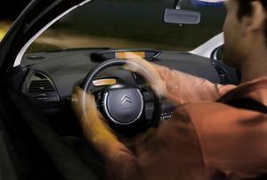 Rattnavet står stilla när man svänger vilket ger plats för en betydligt effektivare krockkudde än i ett roterande nav.