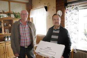 Hans-Åke Bergman och Jussi Rissanen anlände till Gnarps skola med distriktets förtidröster.  De räknades också efter klockan 20.00.