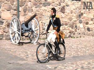 Jean Baptiste Bernadotte cyklar utanför Örebro slott. Han blev vald till kung i Örebro för 200 år sen.