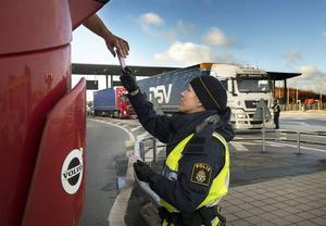Madeleine Viktorsson från Sundsvall kontrollerar en lastbilschaufför. Polisen genomför extra kontroller av lastbilars lastutrymmen för att säkra att ingen försöker smuggla över personer till Sverige.