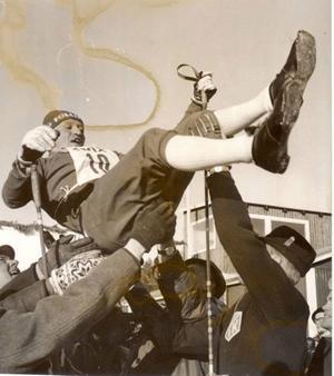 Ragnar hissas efter att ha segrat i Föllingeloppet 1963.