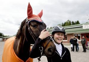 Amanda Hedlund, Timrå HSF, fick bevisa för sina ridskoleelever att även hon kan rida prickfritt och snabbt.
