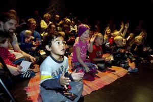 """Koncentrerad publik. Hedmans teater gav """"Hallå Miró"""" på Gävle teater i söndags."""