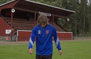 Tim Torstensson har gjort 47 seriemål under två år i Tärnsjötröjan. Här trixar han med bollen på hemmaarenan Furuvallen.