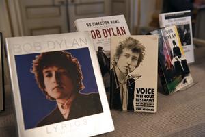 Bob Dylans verk uppställda i Börshuset i Stockholm på torsdagen efter att Svenska akademien tillkännagivit att Bob Dylan tilldelas årets Nobelpris i litteratur.