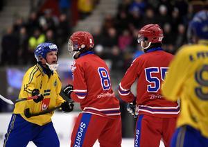 Johan Löfstedt och ryske stjärnan Maxim Ishkeldin i ordväxling under VM-finalen.