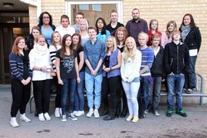 Här syns gänget som kommer att resa till Polen från Alftaskolan. Elever och lärare åker på måndag och återvänder på lördag.