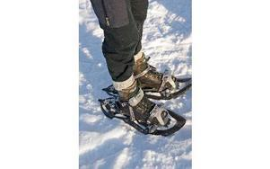 Med några enkla grepp spänns snöskorna på ett par skor.