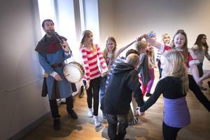 Med hjälp av teater, musik och dans har eleverna lärt sig mer om medeltiden.
