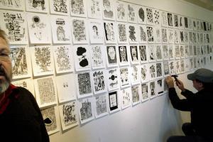 Ena rummet i Ahlbergshallen är fyllt av blad ur Joakim Pirinens (t v) skissblock som påminner om dagbockanteckningar, både stenhårt politiska och skruvat humoristiska, precis som det brukar vara....