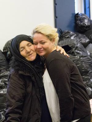 Anna Idell får en varm kram av Fatima.