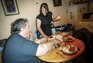 Här i köket sover och lever Iliqna Ivanova och hennes dotter.