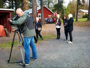 Skolverkets filmfotograf ställer in kameran vid Kajen i Strömsund, medan Omvårdnadsprogrammets elever väntar på att inspelningen ska börja.