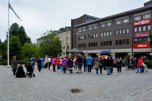 På Stora torget hölls det tal och lästes poesi. Manifestationen avslutades sedan med fika på Mångkulturelt centrum.