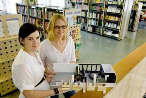 FÄRG OCH FORM. En lila soffa, rundade bokhyllor och ljudisolerade kurer. Lotta Näslund och Malin Larm har studerat fler bibliotek och skolor för inspiration till projektet. De vill göra om EU-delen och företagsdelen på Stadsbiblioteket.