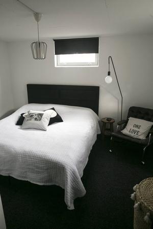 Morfars gamla hobbyrum med snickarverkstad har förvandlats till sovrum med hotellkänsla.