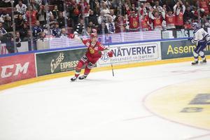 Pierre Engvall jublar efter sitt 2–0-mål.